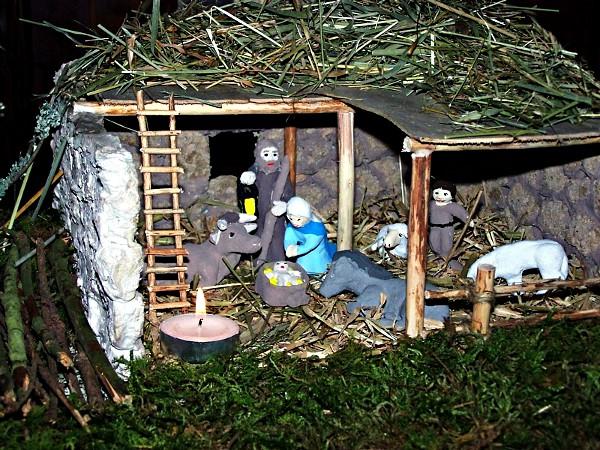 La cr che est faite en bois et en ciment - Fabriquer creche de noel en bois ...